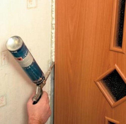 Удаление монтажной пены с поверхности двери